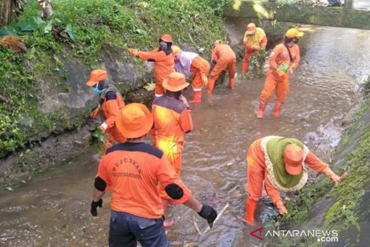 DLH Belitung bersihkan saluran drainase dan selokan antispasi banjir