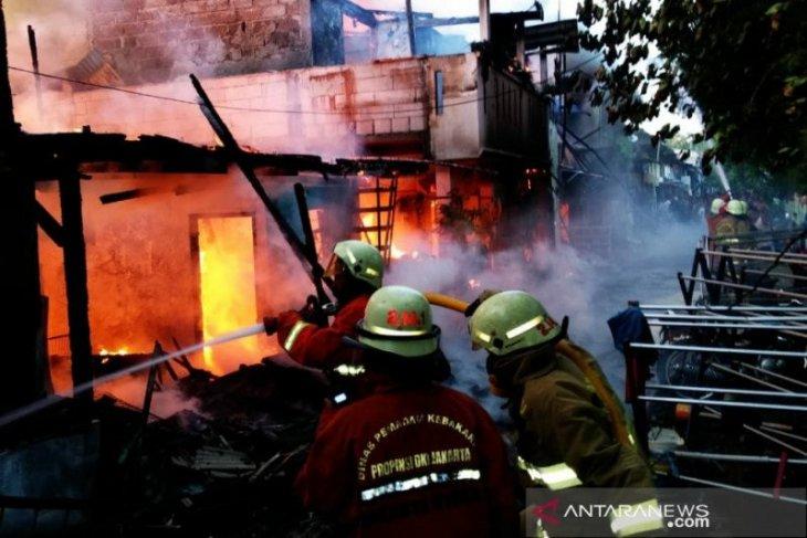 Dinas Sosial Jakarta Utara bantu warga korban kebakaran di Kelapa Gading