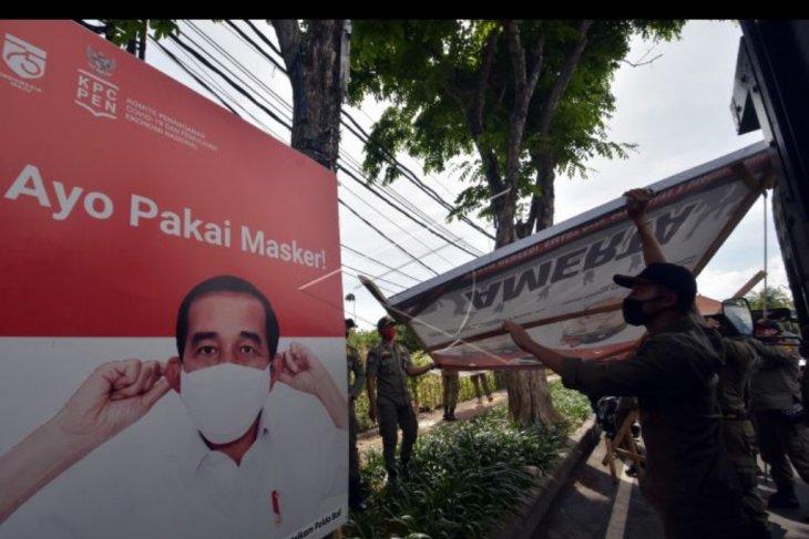 Penertiban alat peraga kampanye di Denpasar
