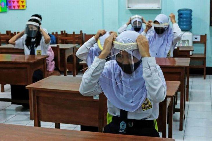 Bantuan pelindung wajah untuk siswa