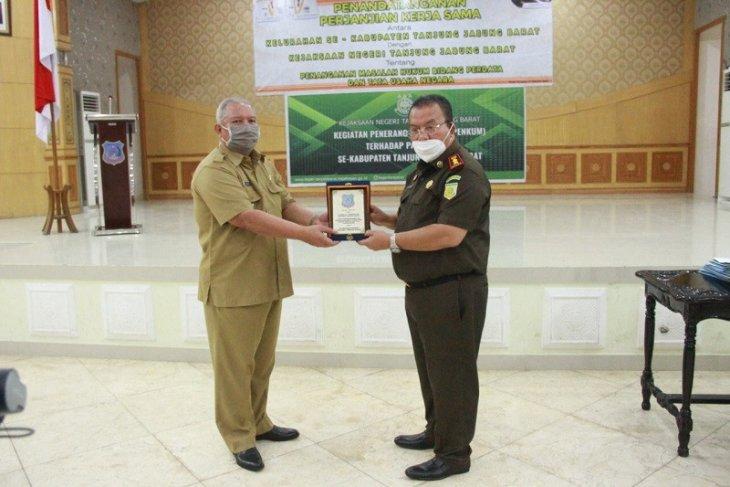 Bupati hadiri penandatanganan kerjasama kejaksaan  dan lurah se-Kabupaten Tanjab Barat