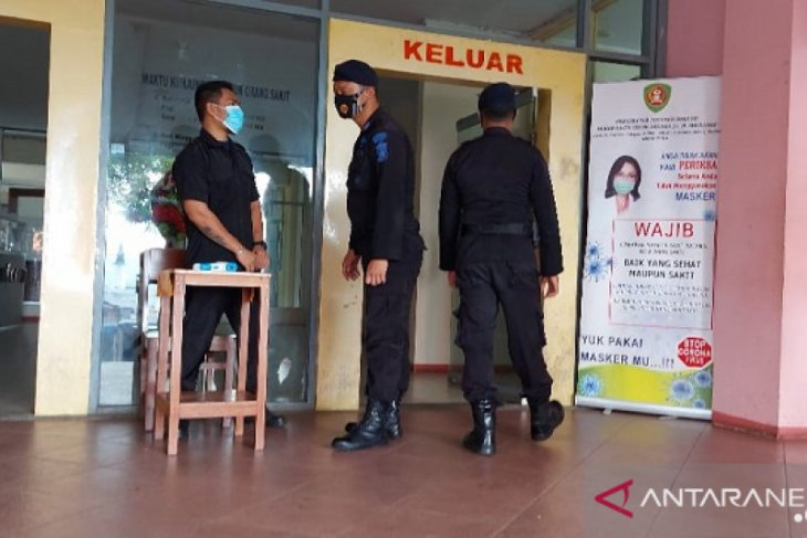 Brimob Polda Maluku amankan RSUD Haulussy dan lokasi karantina pasien COVID-19