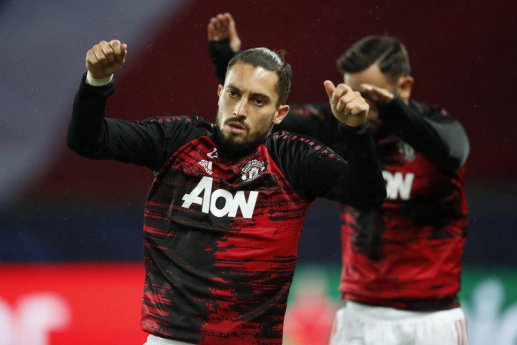 Bek Manchester United Alex Telles terpapar COVID