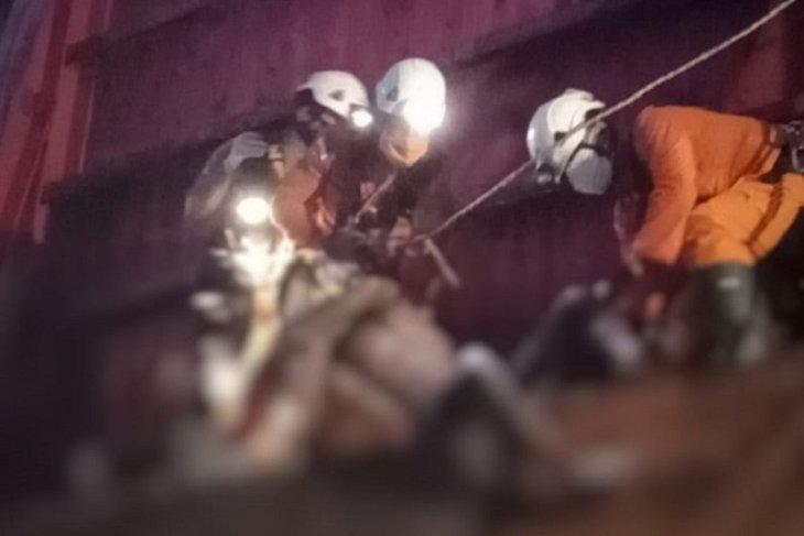 Pria pencari besi meninggal kehabisan oksigen setelah terjebak dalam kapal tongkang