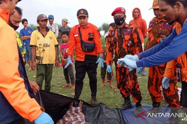 Nelayan Sukabumi ditemukan meninggal akibat perahunya diterjang ombak