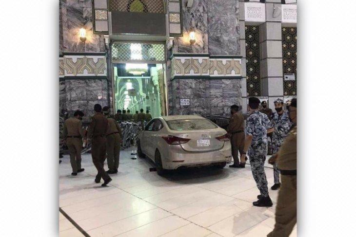 Mobil terobos masuk halaman Masjidil Haram di Makkah