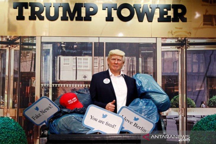 Patung lilin Presiden Donald Trump diletakkan di tempat sampah