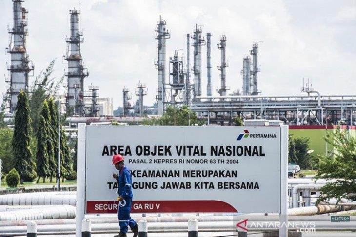 Harga minyak berakhir sedikit beragam, persediaan AS turun tajam