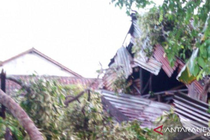 20 rumah warga Air Buluh rusak diterjang puting beliung