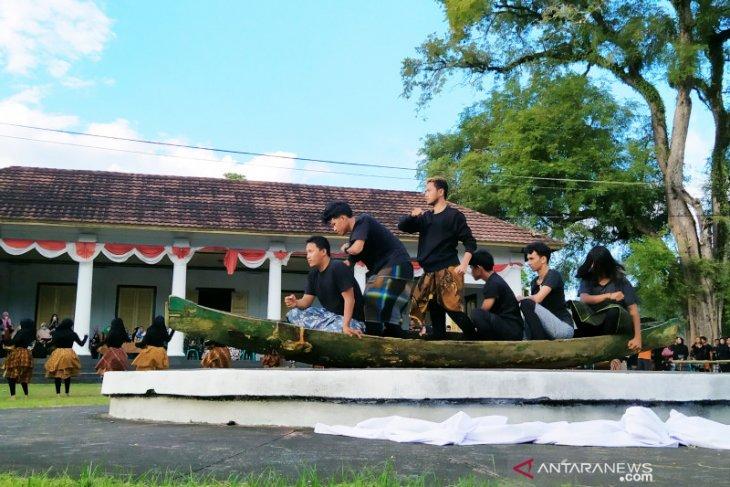 Seniman Yayasan Bali Purnati tampilkan Nagri Babunyi di Pulau Banda