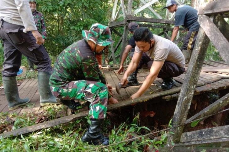 TNI - Polri di perbatasan bantu warga perbaiki jembatan gantung