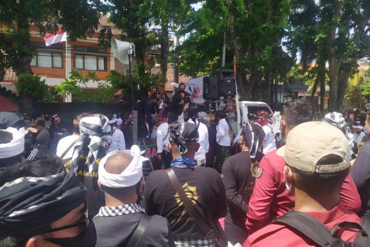 Massa Bali kecam anggota DPD terkait penodaan simbol agama