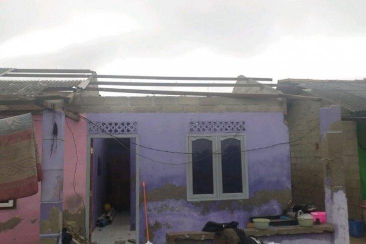 Puluhan rumah di dua kelurahan Belinyu diterjang puting beliung