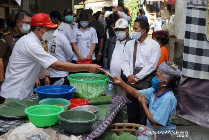Pjs Bupati Karangasem turun ke pasar tradisional sosialisasikan wajib masker