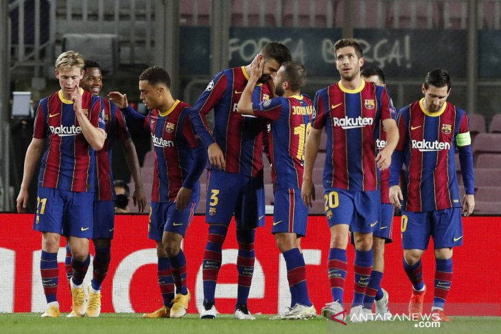 Dua staf tim Barcelona positif COVID-19