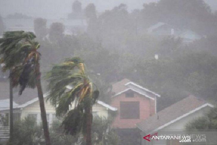 Waspadai hujan disertai petir dan angin kencang di Jaksel -Jaktim Selasa sore