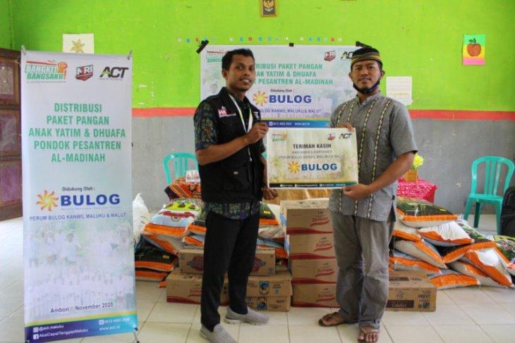 ACT-Bulog Maluku salurkan bantuan pangan untuk santri di Ambon