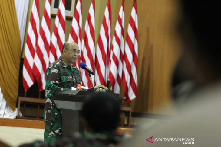 Komandan STTAL bagi ratusan APD ke warga Morokrembangan