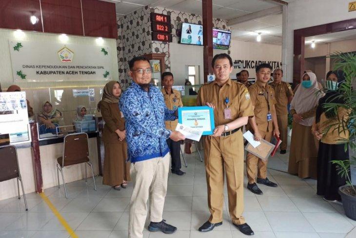 Semangat Hari Pahlawan, Disdukcapil Aceh Tengah beri penghargaan pegawai terbaik