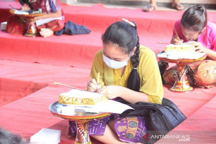 Pelajar SMP di Buleleng belajar menulis di lontar