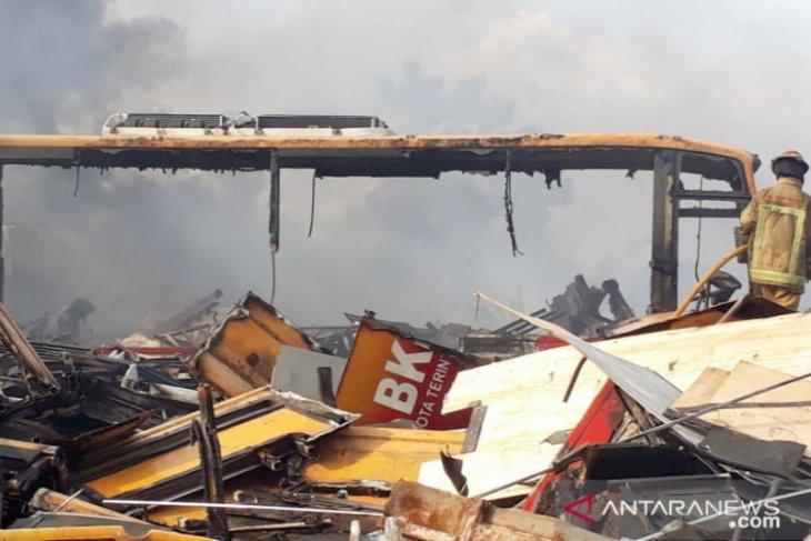 Kebakaran puluhan rongsokan bus Transjakarta di Bogor akibat gas