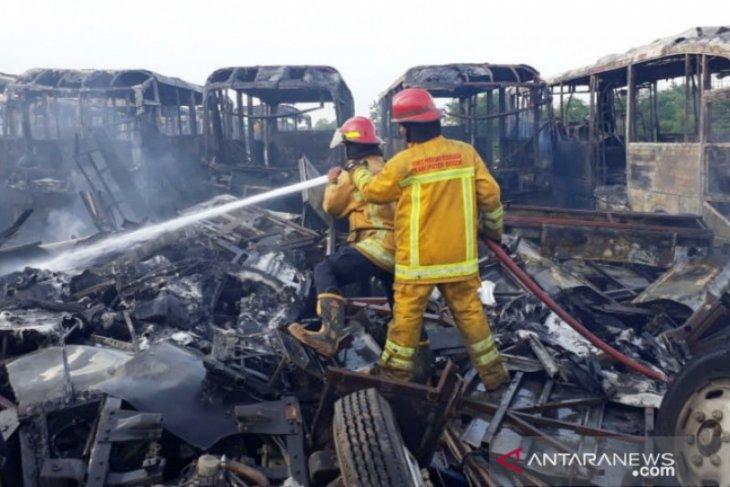 10 armada damkar padamkan api yang melalap puluhan bus Transjakarta di Bogor