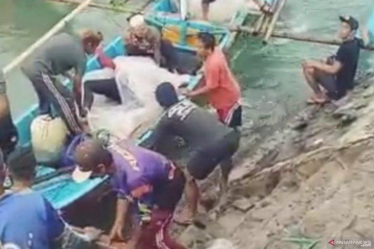 Seorang nelayan berpelampung ban bekas tewas tenggelam di tengah laut