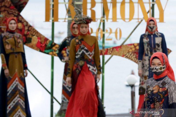 East Java Fashion Harmony 2020 digelar di Pantai Solong