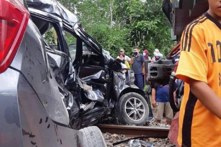 Mobil tertabrak kereta di Blitar akibatkan satu orang meninggal