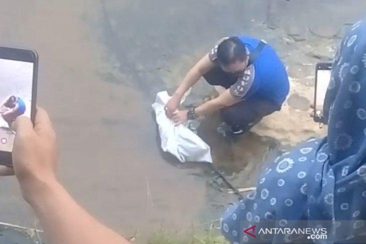 Warga Hantakan digegerkan dengan penemuan mayat bayi yang dilarutkan ke sungai