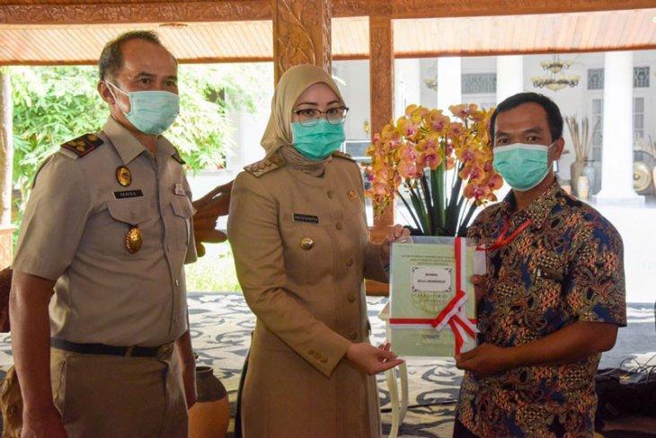 Pemkab Purwakarta serahkan ribuan sertifikat, jamin kepastian hukum kepemilikan tanah
