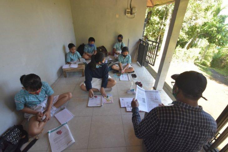 Sekelompok pelajar SD ikuti belajar tatap muka di Pos Kamling Banjar Sumber-Buleleng