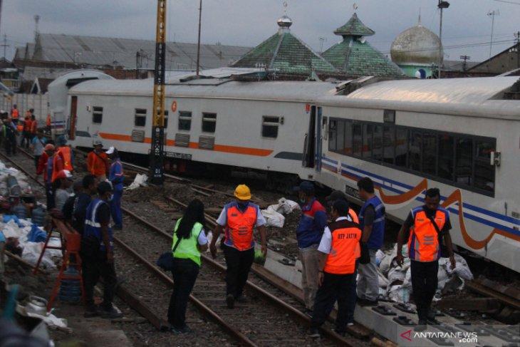Rangkaian gerbong kereta tanpa lokomotif anjlok di Stasiun Kota Lama Malang