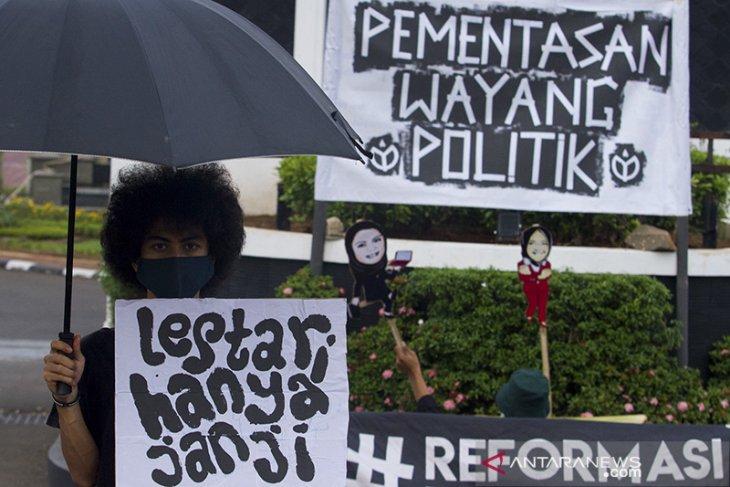 Aksi pementasan wayang politik