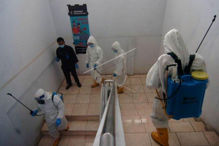 Penyemprotan disinfektan di kantor pemerintahan Kota Tegal