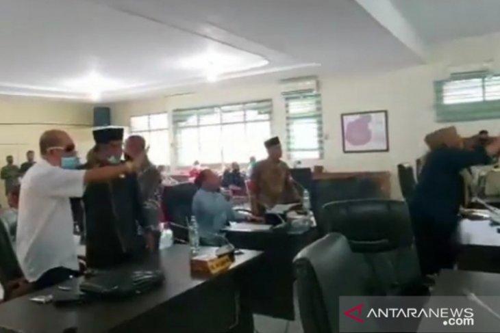 Rapat paripurna ricuh, Ketua DPRD Tanjungbalai disarankan mengundurkan diri