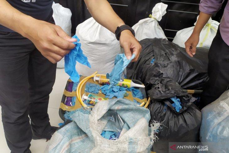 Polisi ungkap 2,5 ton sarung tangan medis bekas akan diedarkan
