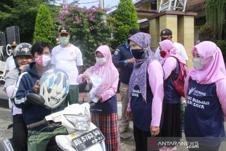 Dinkes Belitung bagikan ribuan masker dan sosialisaikan 3M