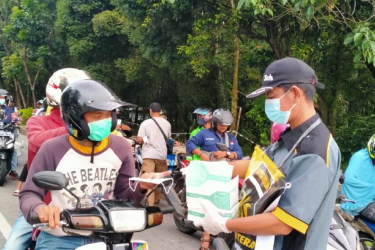 Aksi peduli COVID-19, PKS bagikan masker untuk warga
