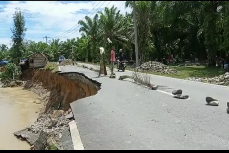 Jalan Provinsi Sumatera Utara menuju kawasan wisata Tangkahan amblas