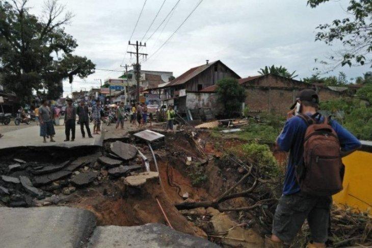 4 ruas jalan di Simalungun Sumut ambrol akibat longsor