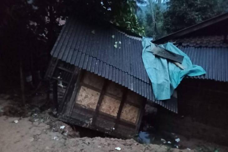 BPBD Banten mengevakuasi korban  longsor di Lebak selatan