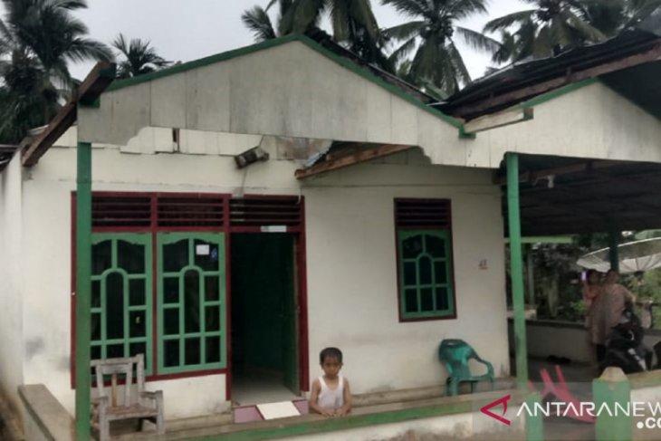Rumah warga Mukomuko rusak akibat angin kencang