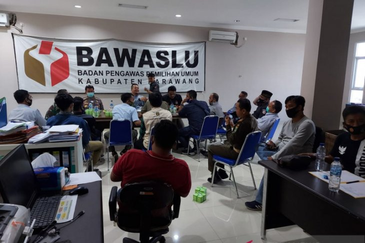 Bawaslu Karawang awasi penyortiran dan pelipatan surat suara pilkada