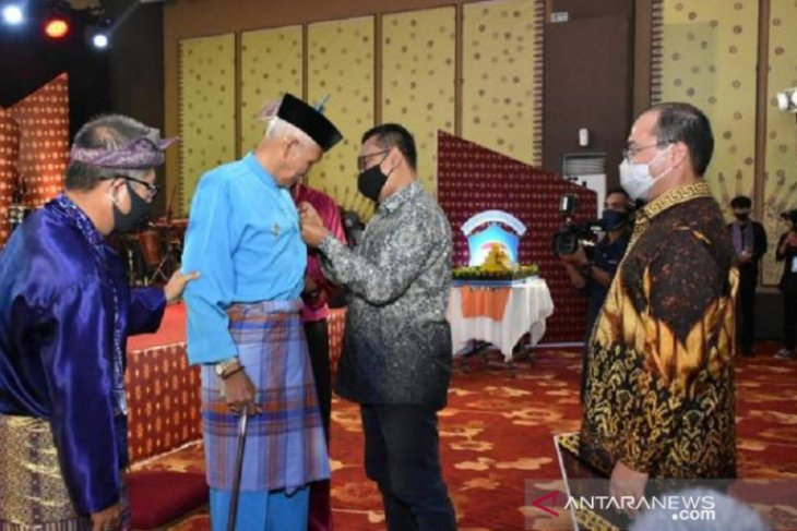 Budayawan Bangka Belitung terima Pin Lesatan Garuda Kemendikbud