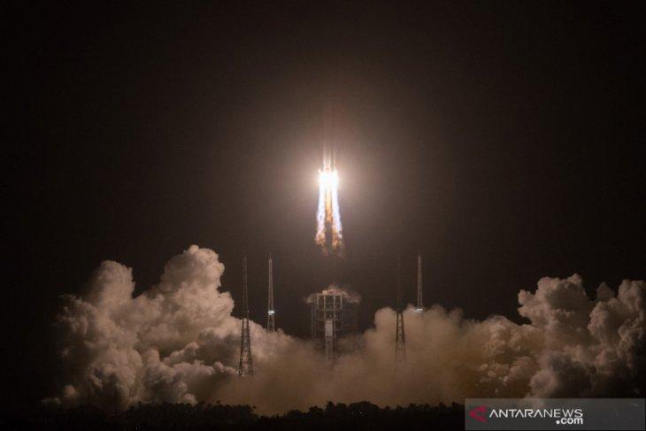 Puing-puing roket terbesar China masuk kembali ke atmosfer