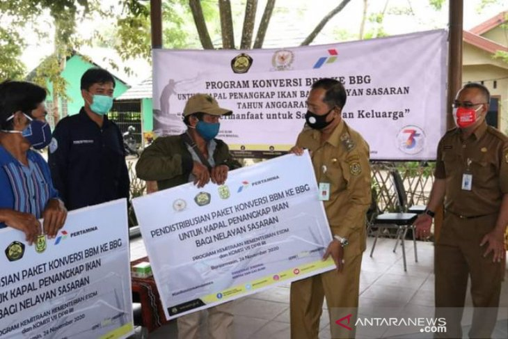 ESDM Ministry aids Banjarmasin fishermen with gas-fueled engines