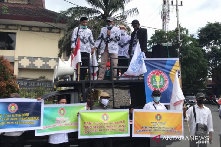 GTT Jember demo tuntut perbaikan nasib saat peringati Hari Guru Nasional