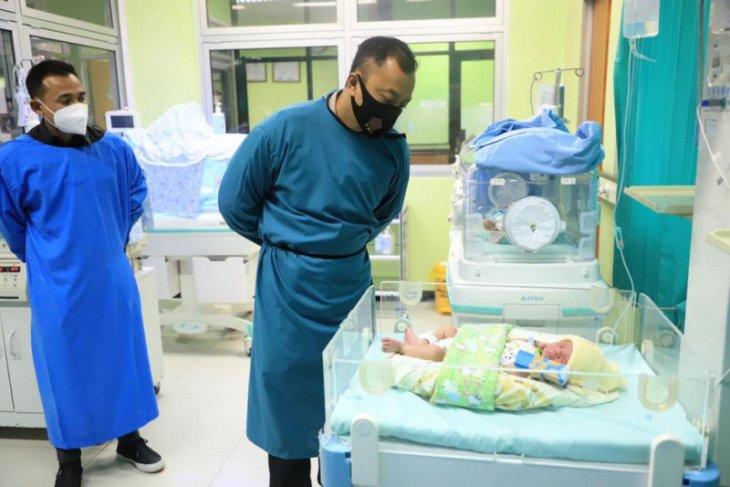 Bayi dengan perut masih bertali ari-ari ditemukan di semak kebun pisang