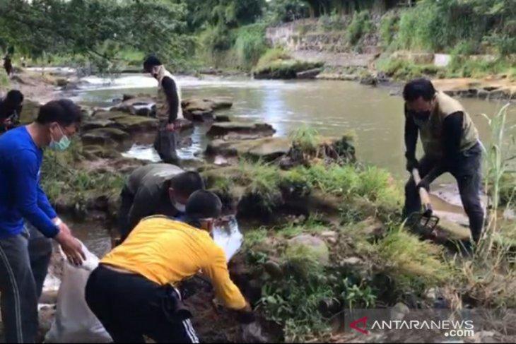 Bima Arya bersama satgas bersih-bersih sampah di Sungai Ciliwung Kota Bogor